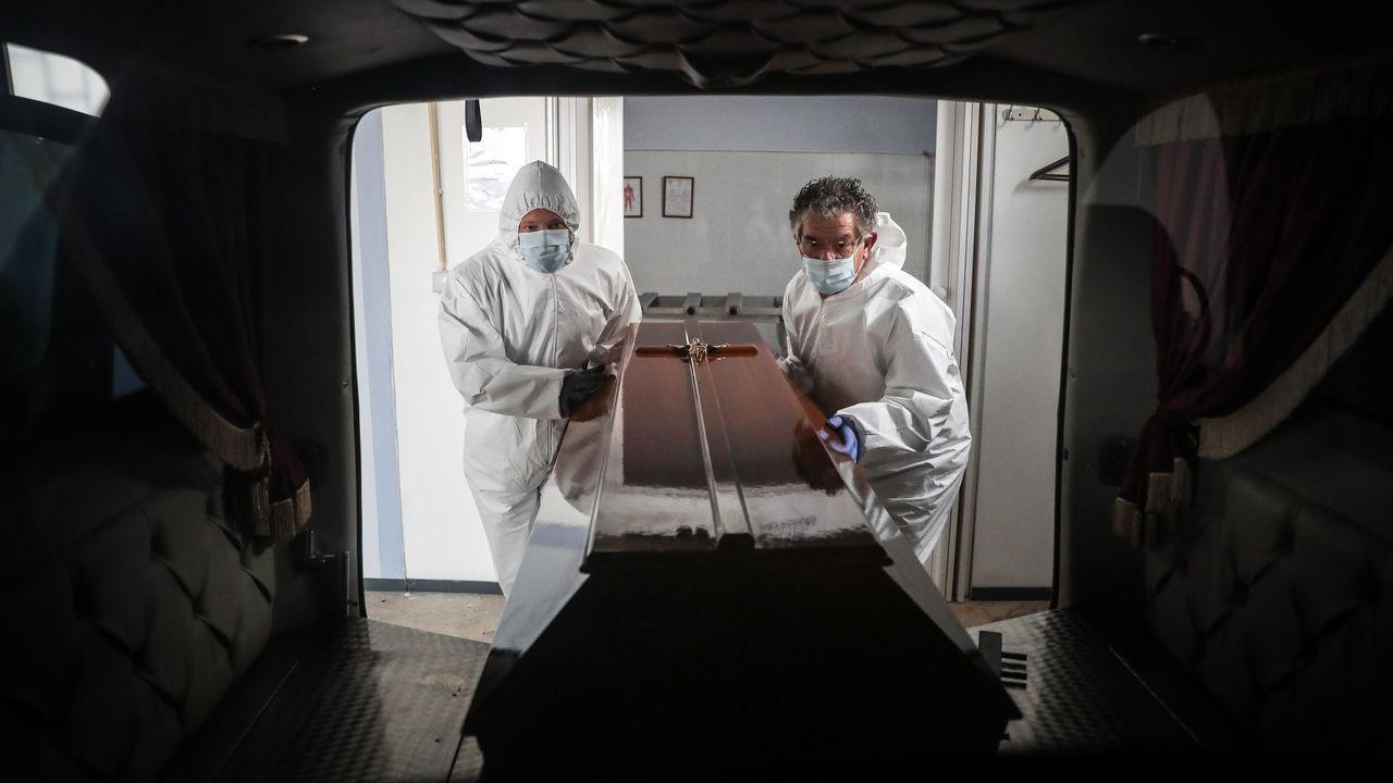 Trabajadores de funerarias transportan cadáveres en Portugal