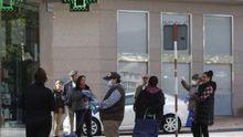 Las colas de personas esperando para hacer la compra o entrar a la farmacia se repitieron a lo largo del miércoles en distintos puntos de la ciudad