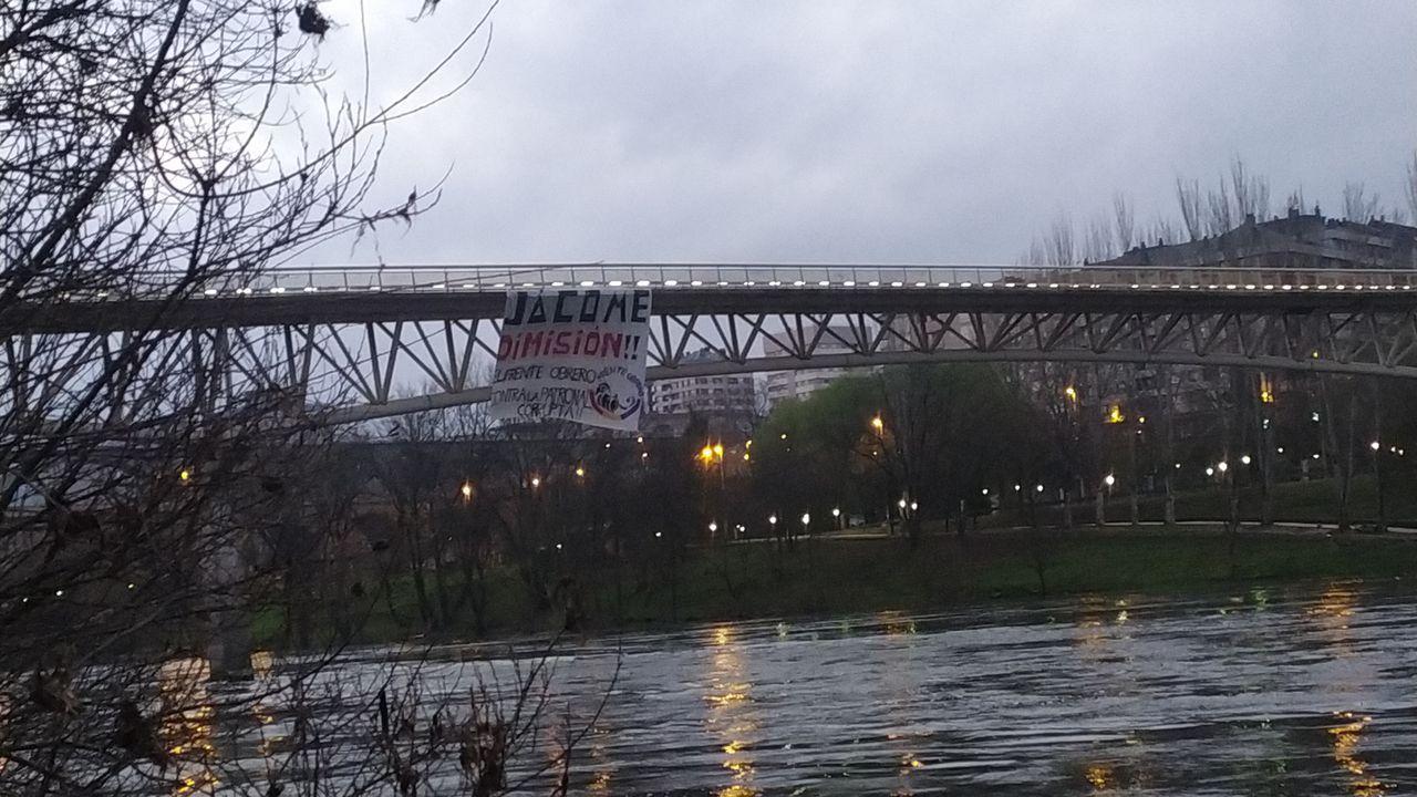 Pancarta contra Jácome en la pasarela del centro comercial