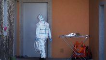Un policía de la Científica, en la casa de Oza-Cesuras donde se cometió el crimen