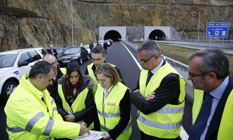 La ministra de Fomento, Ana Pastor, visitó ayer las obras del vial de acceso a Langosteira.