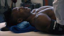 Vídeo | Aidooexhibe músculos en el reconocimiento médico