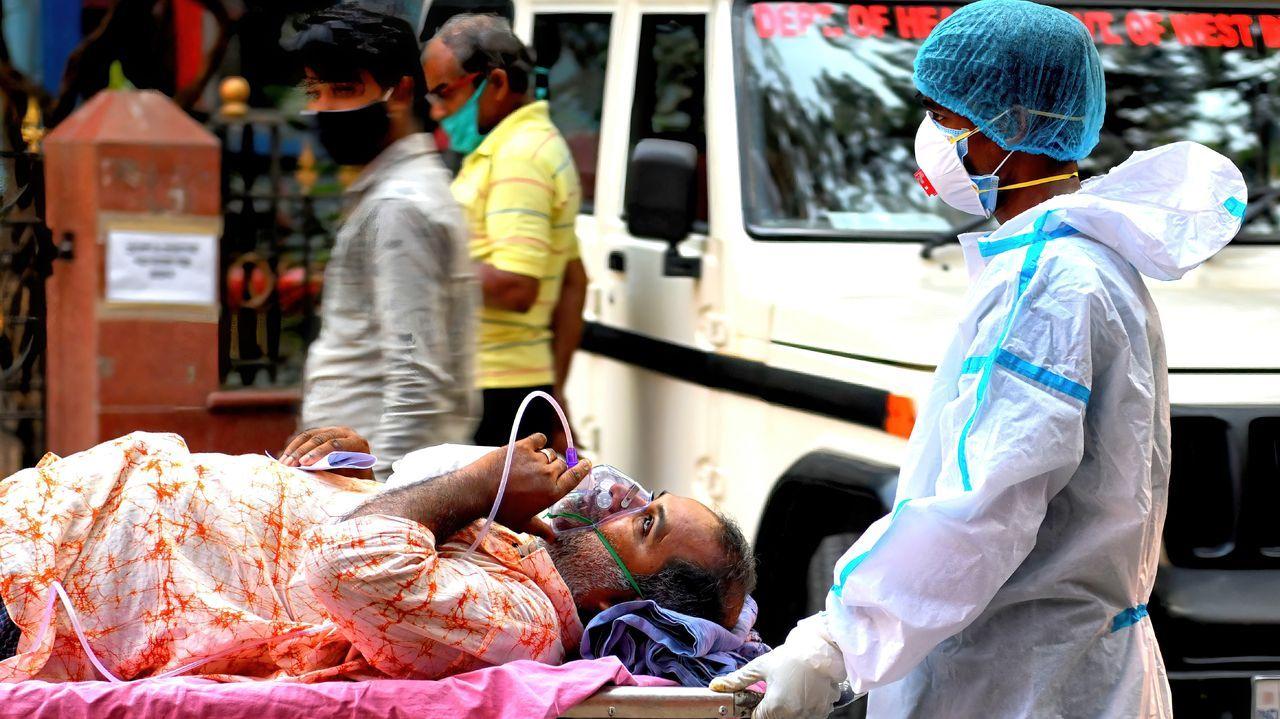 India se quedó sin espacio en los crematorios.Traslado de un paciente de covid en la India