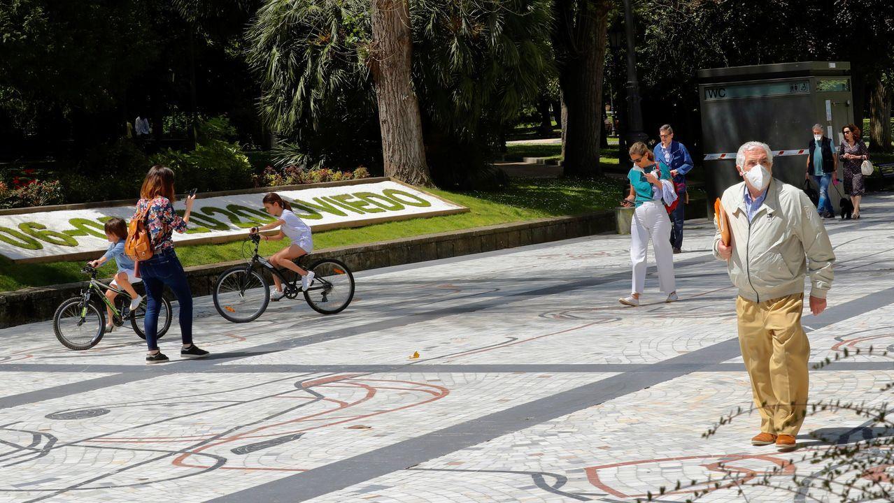Ciudadanos pasean este miércoles en Oviedo.