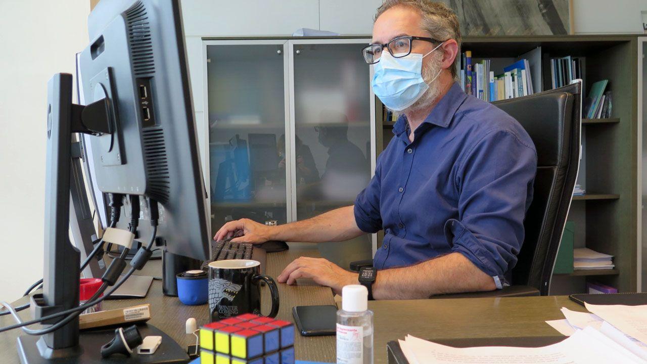 El director general de Salud Pública del Principado, Rafael Cofiño, trabajando en su despacho, con mascarilla