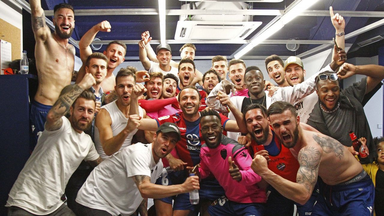 La machadadel Dépor en San Mamés, en imágenes.Los jugadores del Levante, en plena fiesta en el vestuario tras el partido