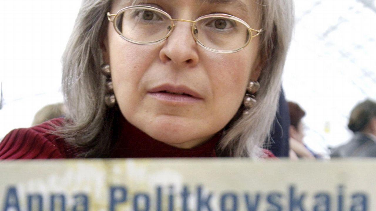 Anna Politkovskaya, aquí con su último libro, fue asesinada tras denunciar las atrocidades de Rusia en Chechenia