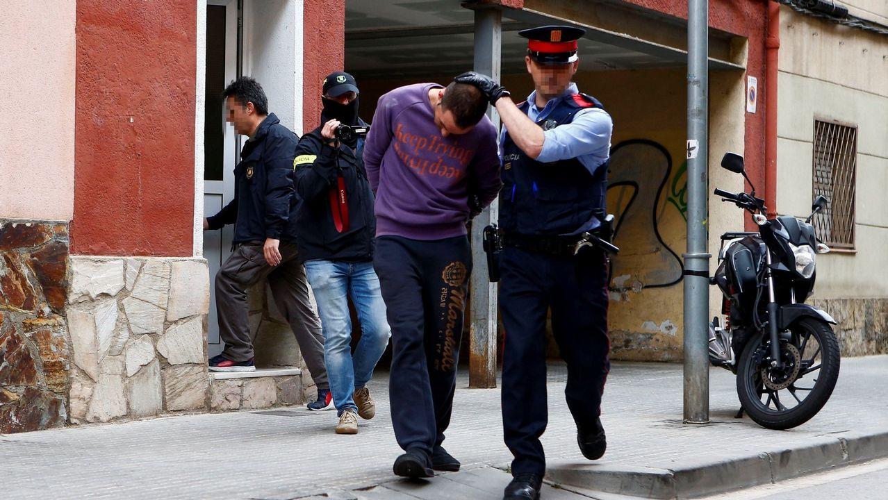 Un mosso custodia a uno de los detenidos por la desaparición de Janet Jumillas