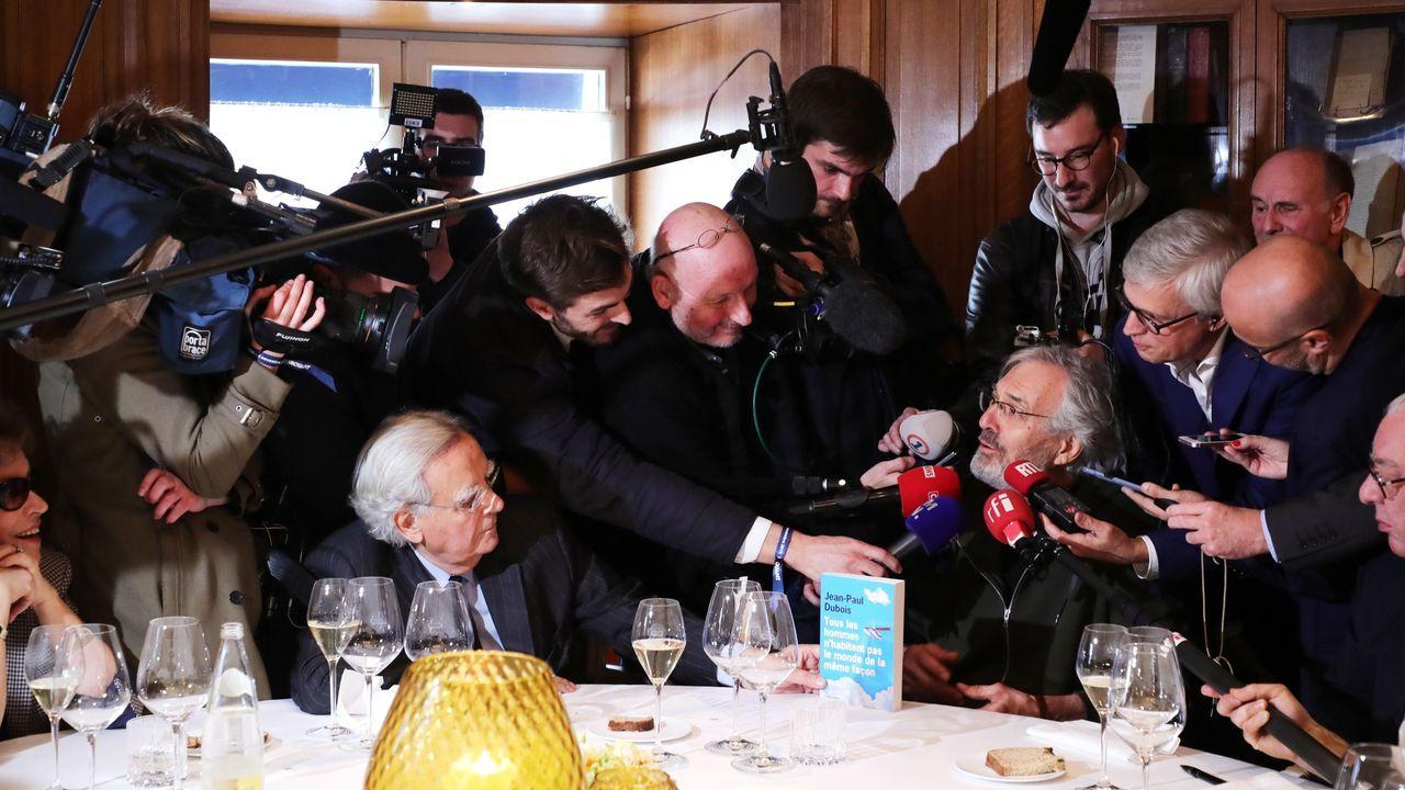Dubois, a la derecha, acompañado por el miembro del jurado Bernard Pivot (izquierda), es entrevistado en restaurante Drouant tras ganar el Goncourt