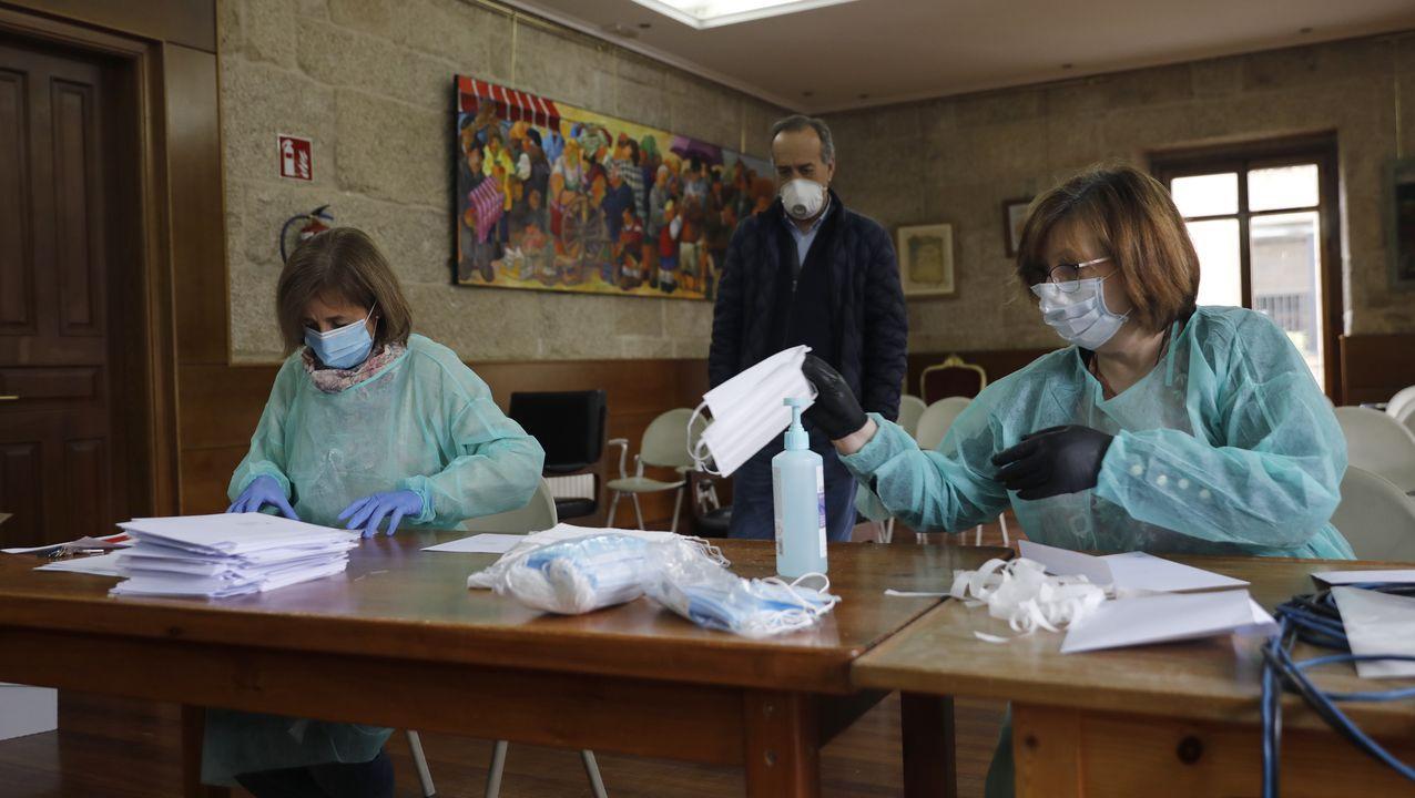 Así fue la recogida de muestras en el centro de salud de A Ponte.Manuel Sotelo y Francisco Fumega, durante el anuncio de las nuevas medidas