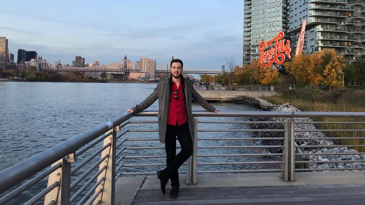 | EFE.Javier Pérez-Santalla a las orillas del río Hudson