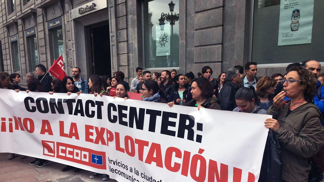 Protesta de los trabajadores del call-centre de Liberbak, en la plaza de La Escandalera