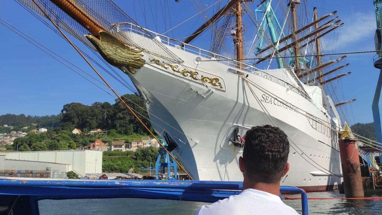 Miembro del Instituto de Investigaciones Marinas de Vigo registrando la presencia de una raya en aguas de las Cíes