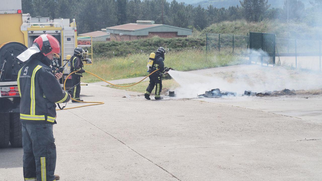 Imágenes del simulacro de incendio en el Acuartelamiento del Cabo Noval