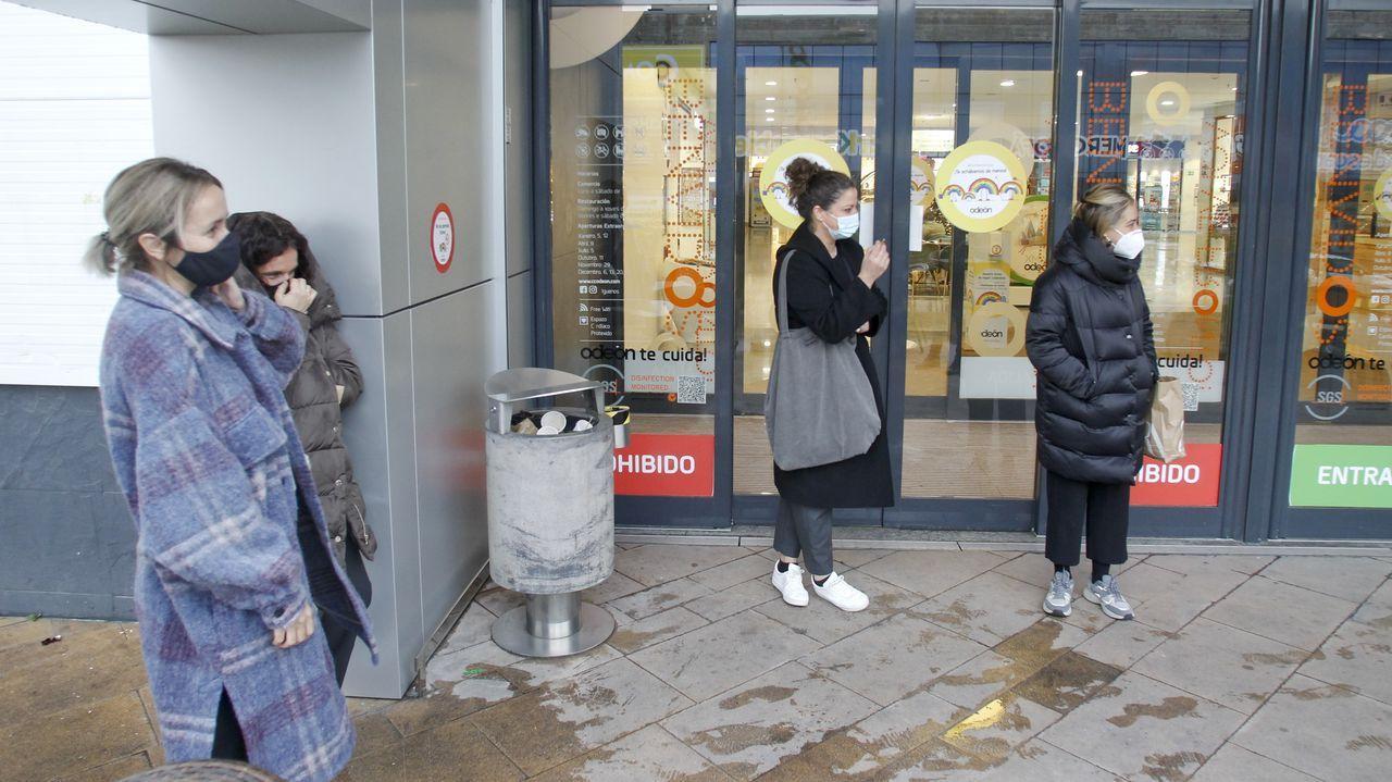Hora del café, en el exterior,  para trabajadoras del centro comercial Odeón