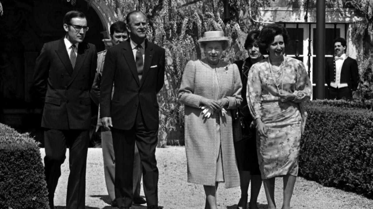 La reina Isabel II y el duque de Edimburgo, flanqueados por el presidente portugués Antonio Ramalho Eanes y su esposa, Manuela Eanes, en los jardines del Palacio de Belem durante la visita de la pareja real británica a Lisboa en 1985