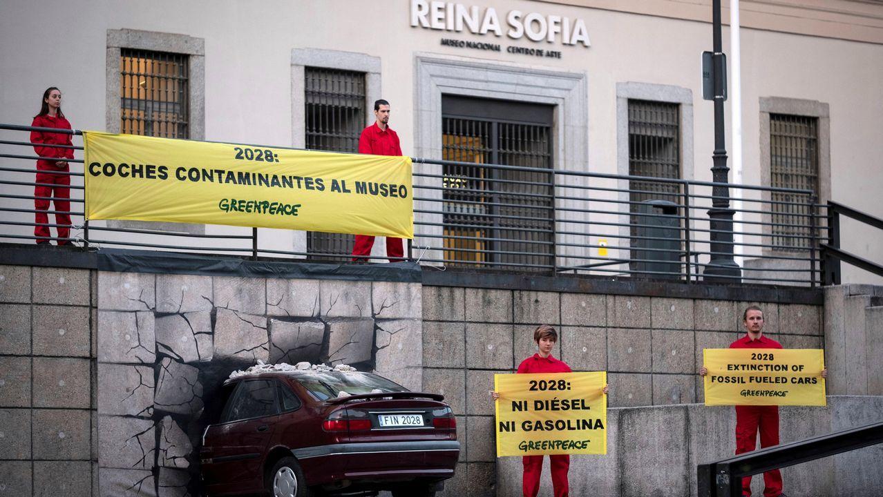 La cumbre mundial del congelado se reúne en Vigo.Un coche «empotrado» en un museo para que las emisiones sean historia, una acción reivindicativa de Greenpeace, en la fachada del Reina Sofía de Madrid