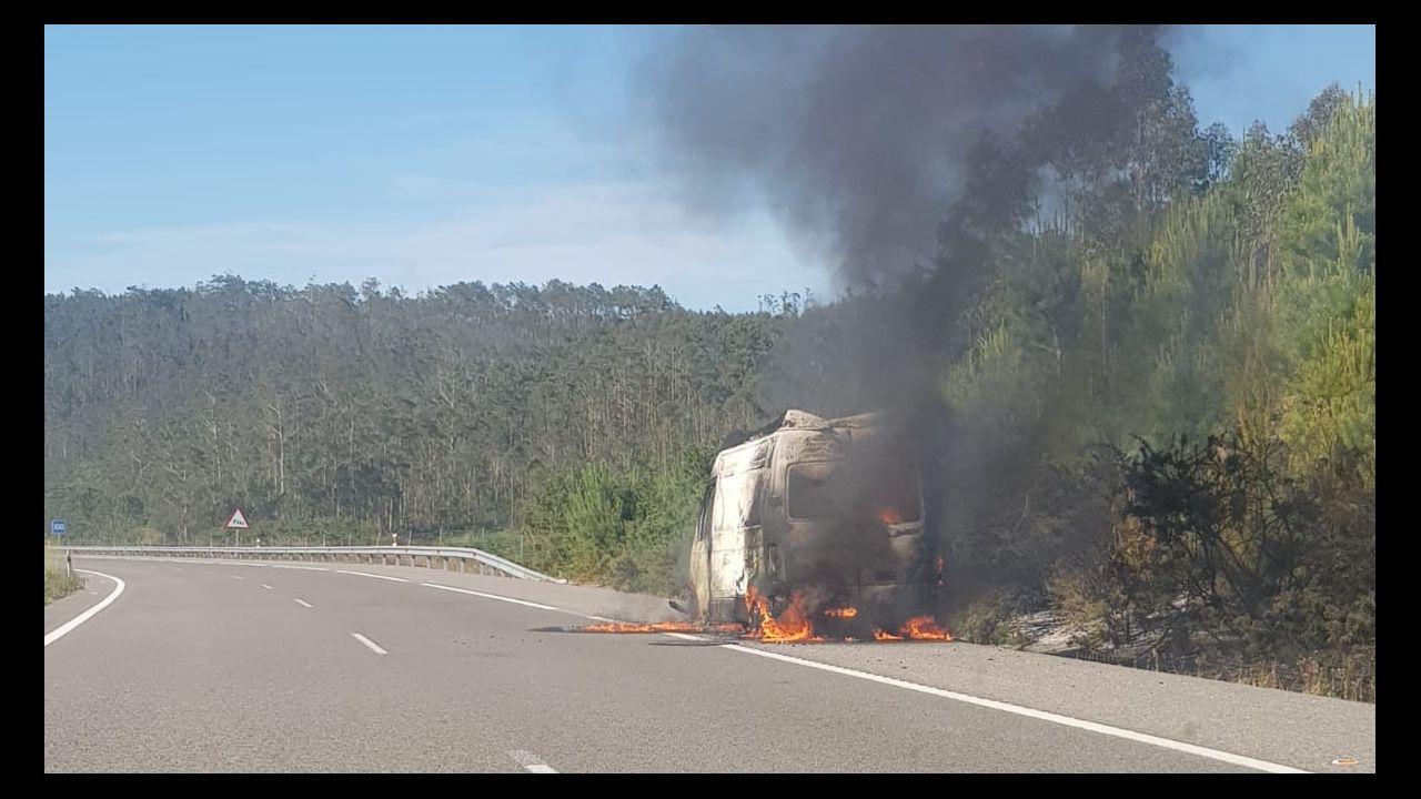 Aspecto de la cabina del camión incendiado en Ribadesella