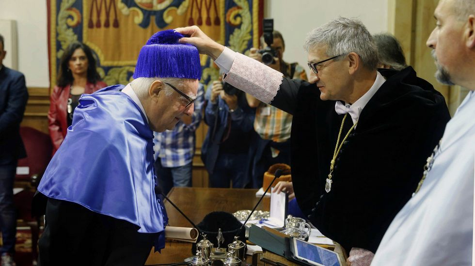 El químico italiano Enrico Clementi (i) fue investido Doctor Honoris Causa durante un solemne acto celebrado en el Paraninfo de la Universidad de Oviedo presidido por el rector Santiago García Granda (2d).