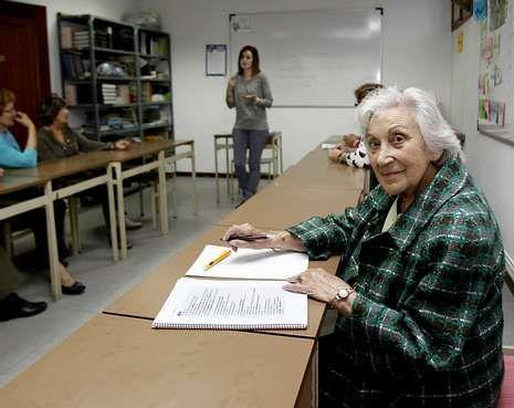Carmela, en primer plano, lleva unos cuatro años asistiendo a clases de literatura.