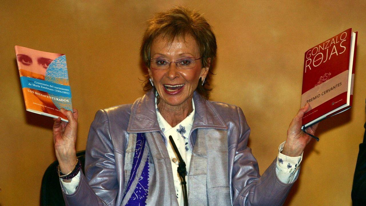 La vicepresidenta primera del Gobierno y ministra de la Presidencia, María Teresa Fernández de la Vega, durante la rueda de prensa posterior al Día del Libro de 2004