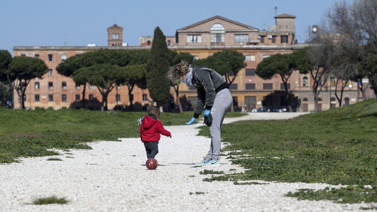 Una mujer jugaba este miércoles con su hijo por el Circo Máximo de Roma tras permitir inicialmente las autoridades italianas que los niños puedan salir a pasear una hora, una excepción que está a debate en España