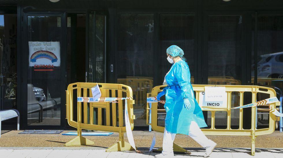 Una trabajadora, en la puerta de la residencia de mayores de O Incio