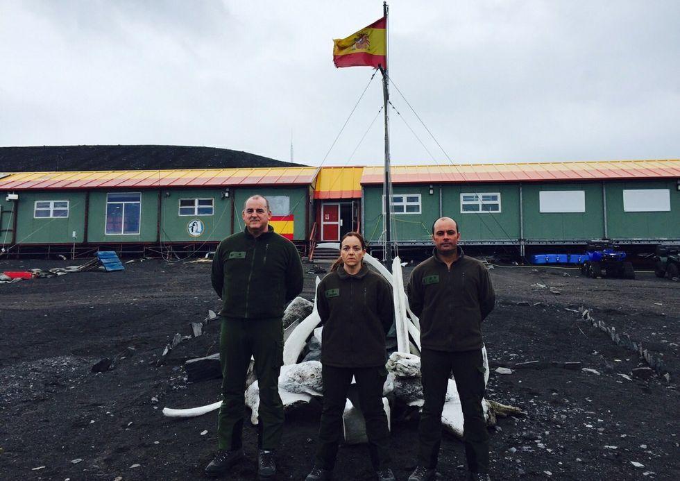 Los tres militares de la Brilat, ante la base española en la Antártida.