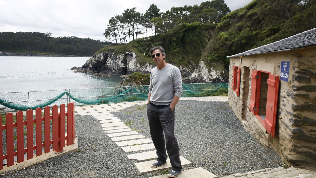 Víctor Piniés en una vivienda reformada que alquila en la cala de Porto do Val, en O Vicedo