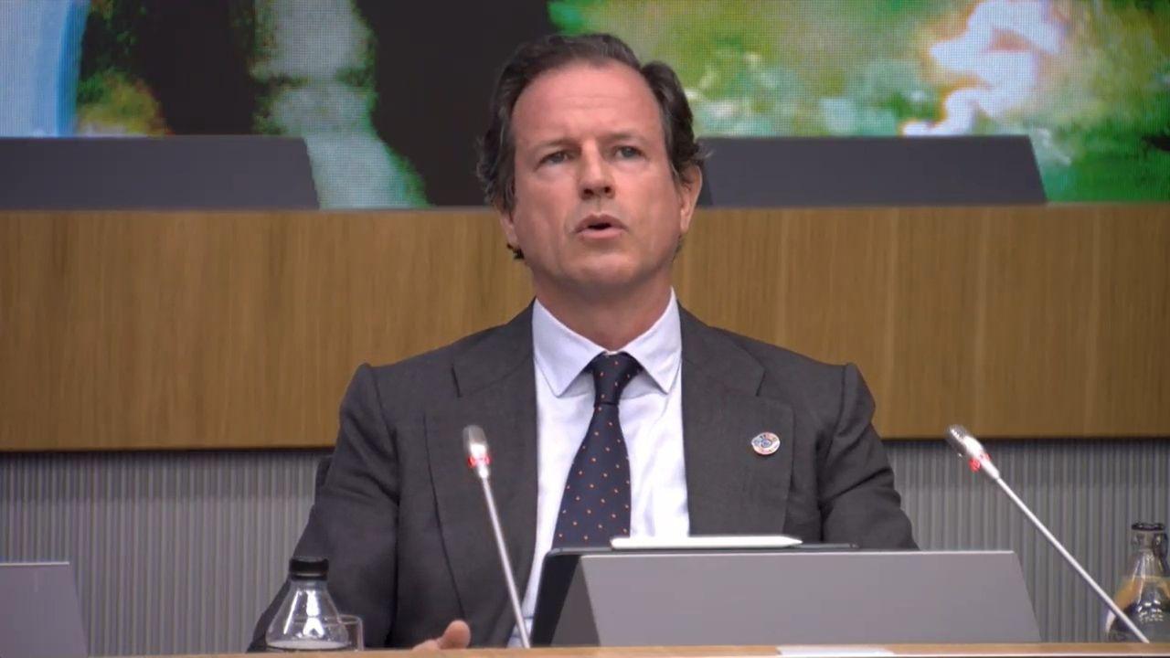 El canerio de O Muíño.Adrián Barbón escucha la intervención de Laura Pérez Macho, en el pleno de la Junta General