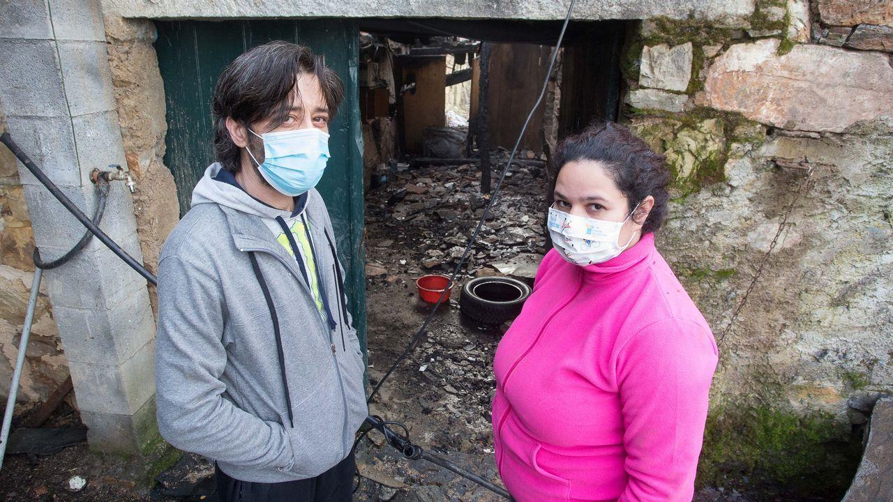 Luis y Kelly delante de la casa, a la que volvieron ayer para asegurarse de que los animales estaban bien
