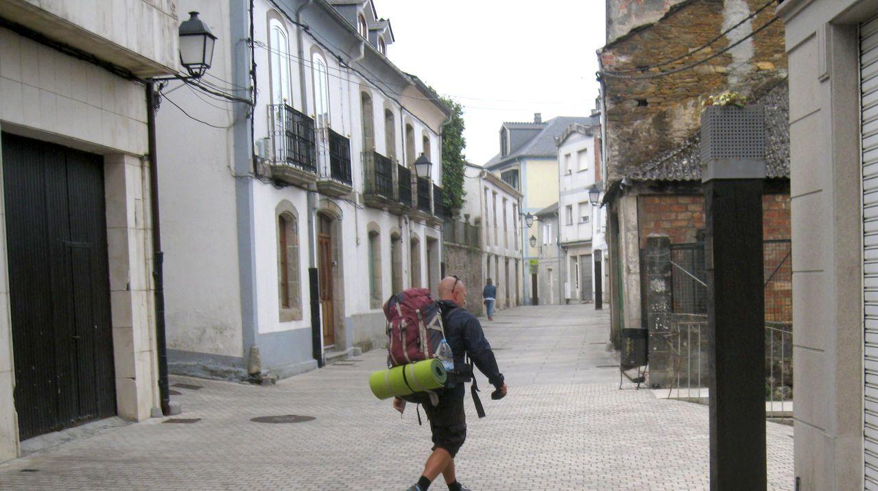 En calles como Porta de Cima se ven cables como los que Vilalba Aberta quiere enterrar