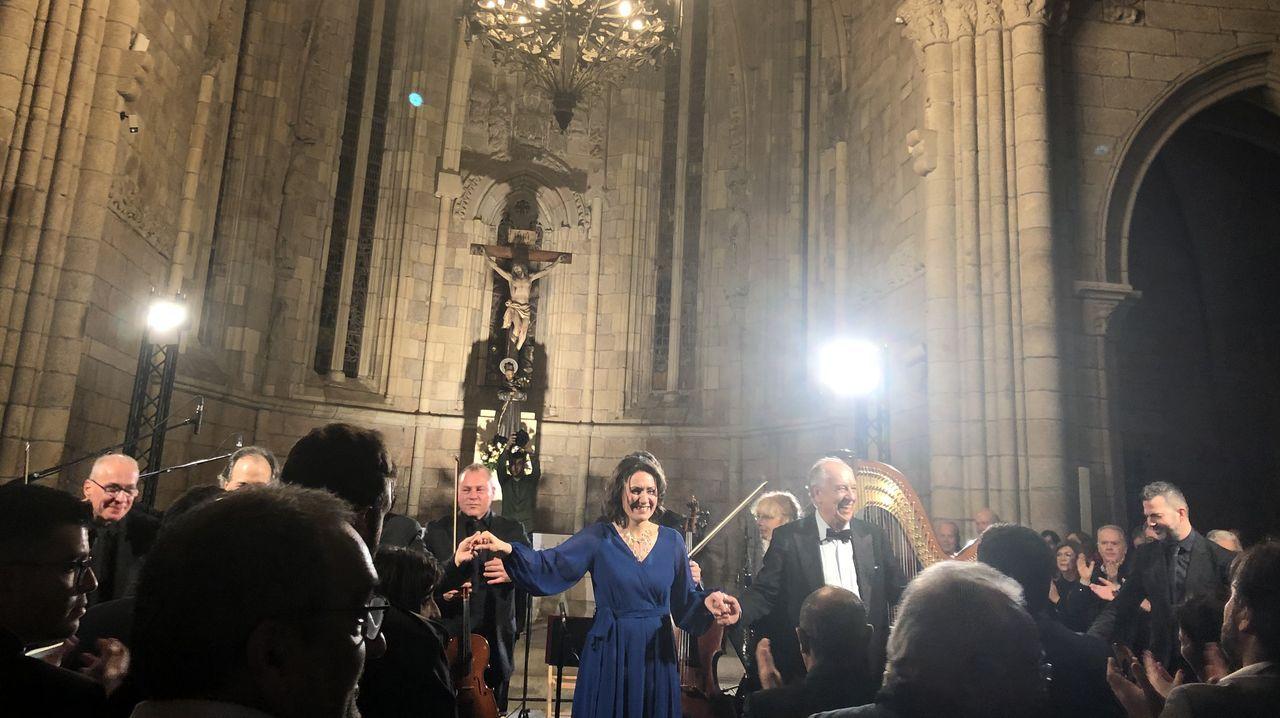 La soprano Clara Panas y el barítono Leo Nucci agaradecen los aplausos del público congregado para el recital en el templo betanceiro