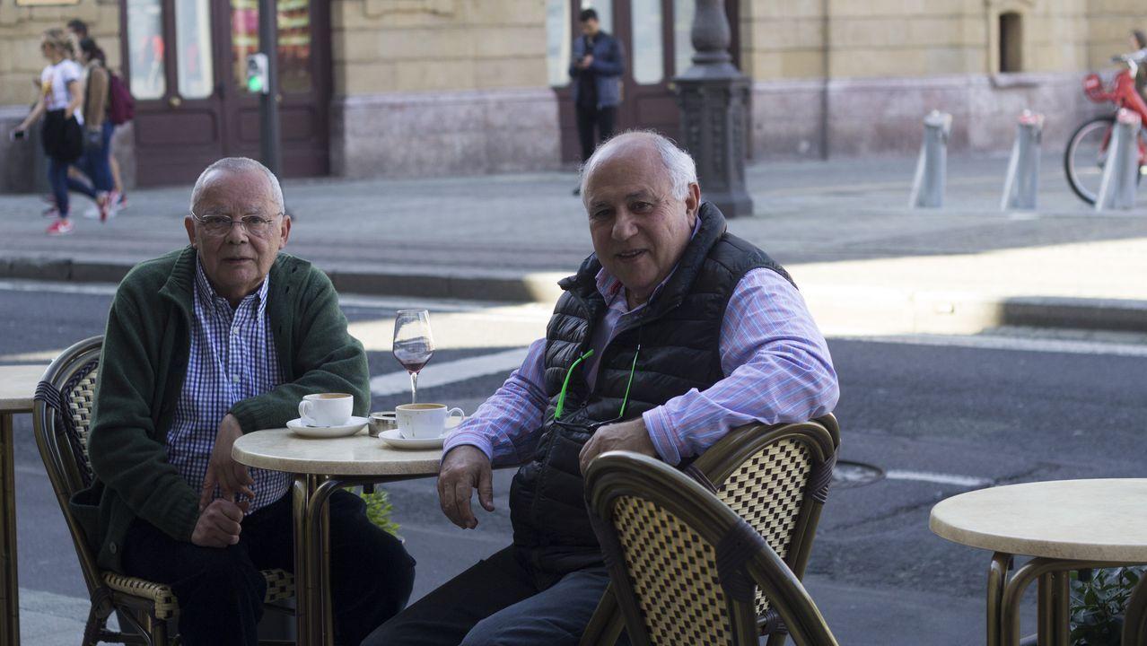galegosbilbo.Pepe Casal (derecha) conversa con un vecino de As Pontes junto al Teatro Arriaga. Casal fue el presidente de la Irmandade Galega de Centros Galegos en Euskadi, que aglutina a 13 colectivos de Bilbao, Sestao, Santurce, Ondárroa o Ermua. Este año, del 13 al 15 de septiembre celebran el Día de Galicia en Euskadi
