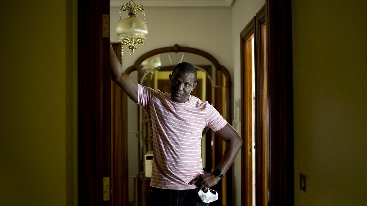Amadou Sy guarda cuarentena en su casa desde que saltaron dos brotes en Betanzos