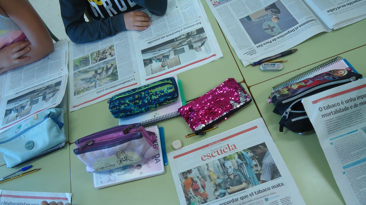 Nenos traballando na aula co suplemento La Voz de la Escuela
