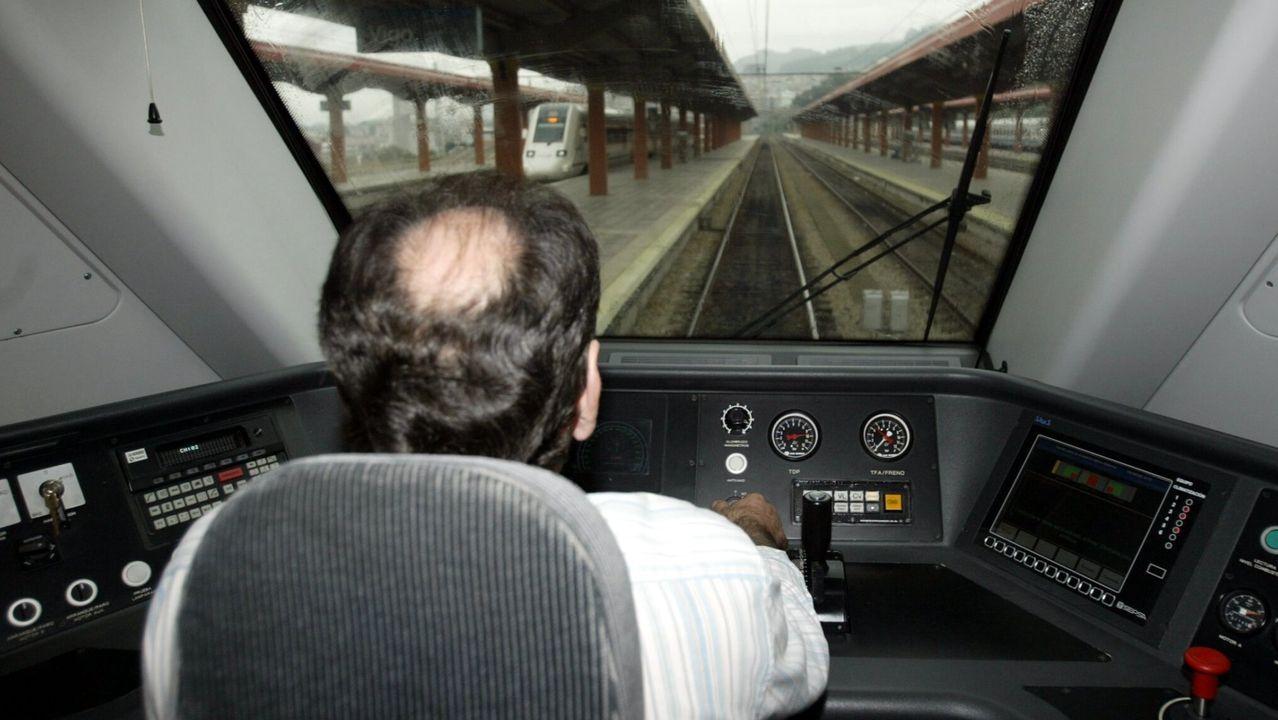 Un maquinista circulando por una de las líneas ferroviarias de Galicia