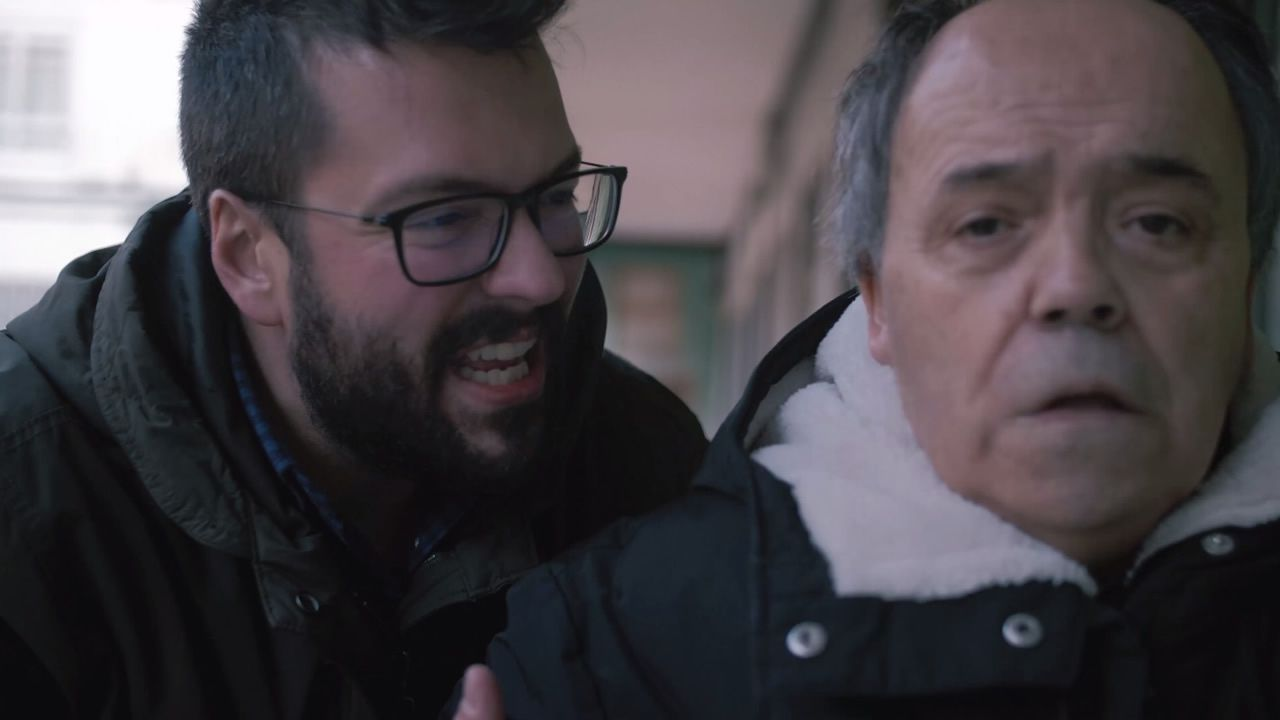 «Yo no soy Cañita Brava» opta a dos premios en el Notodofilmfest.Los alumnos del IES Ferrol Vello, ayer en el Bar Anca del muelle, donde grabaron una entrevista con Maribel Fernández Mascaró