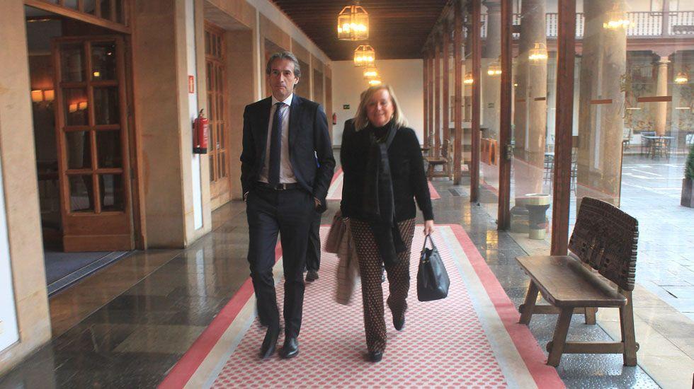 Adrián Arias, a las puertas de la sede de la Federación de Asociaciones de Vecinos de Gijón.Mercedes Fernández e Íñigo de la Serna