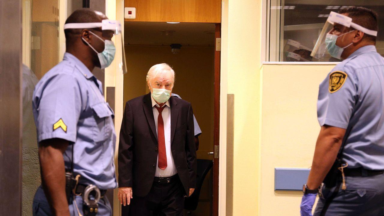 El genocida Ratko Mladic a su llegada al juicio en La Haya