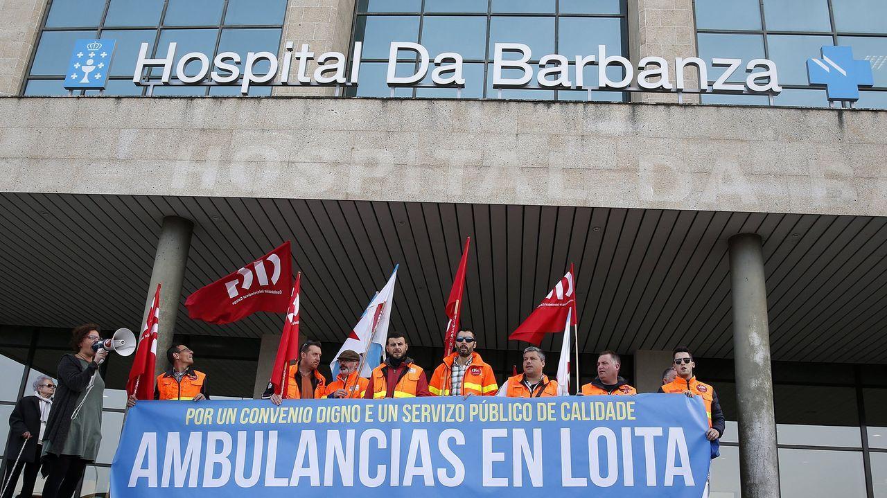 Fotografía de archivo de los trabajadores de las ambulancias delante del centro barbanzano