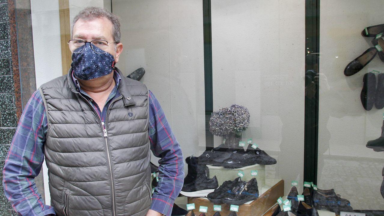 Javier Vidal, responsable de la zapatería Princess, ha dado más visibilidad a los productos de aoutlet de su tienda para atraer a la clientela