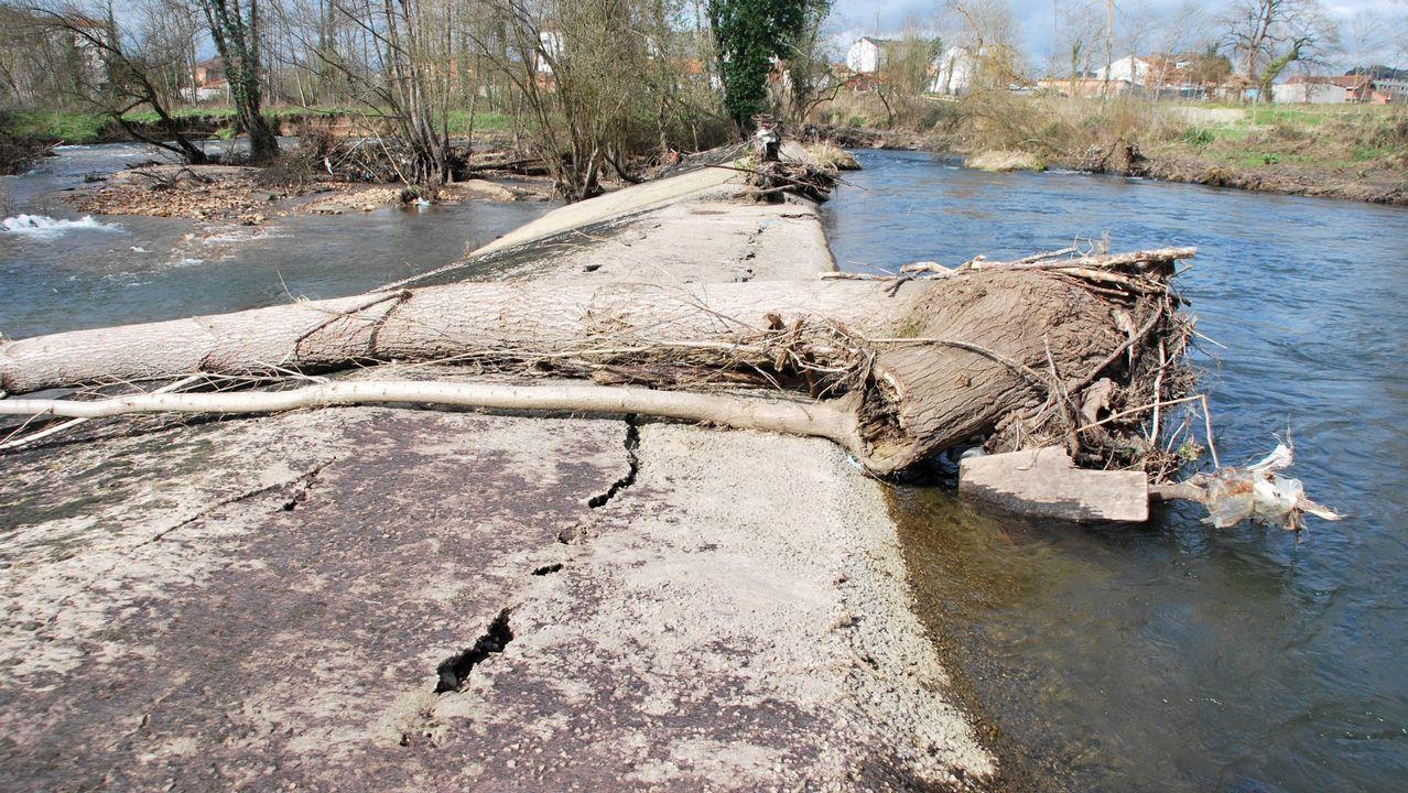 Una imagen de la presa poco después de ser dañada por una riada en febrero del 2016. Desde entonces no retiene las aguas, lo que provoca una fuerte disminución del cauce