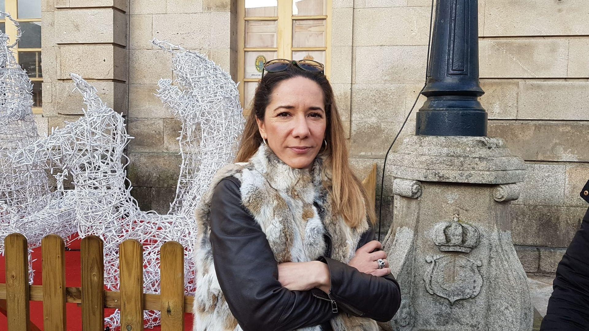 Dos testigos del caso de Déborah Fernández declaran en Tui.Rosa Fernández, hermana de Déborah, posa ante una foto de su hermana, desaparecida y hallada muerta hace 17 años
