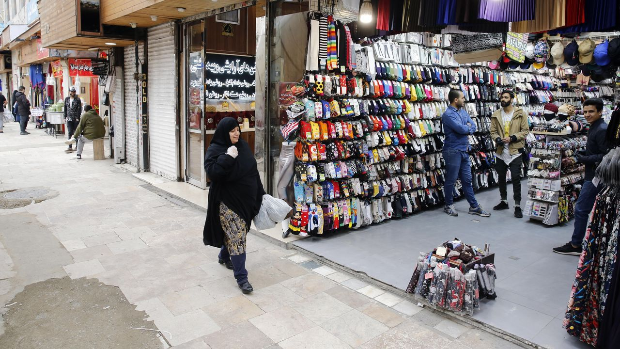 Una mujer iraní entra en un mercado, enTeherán