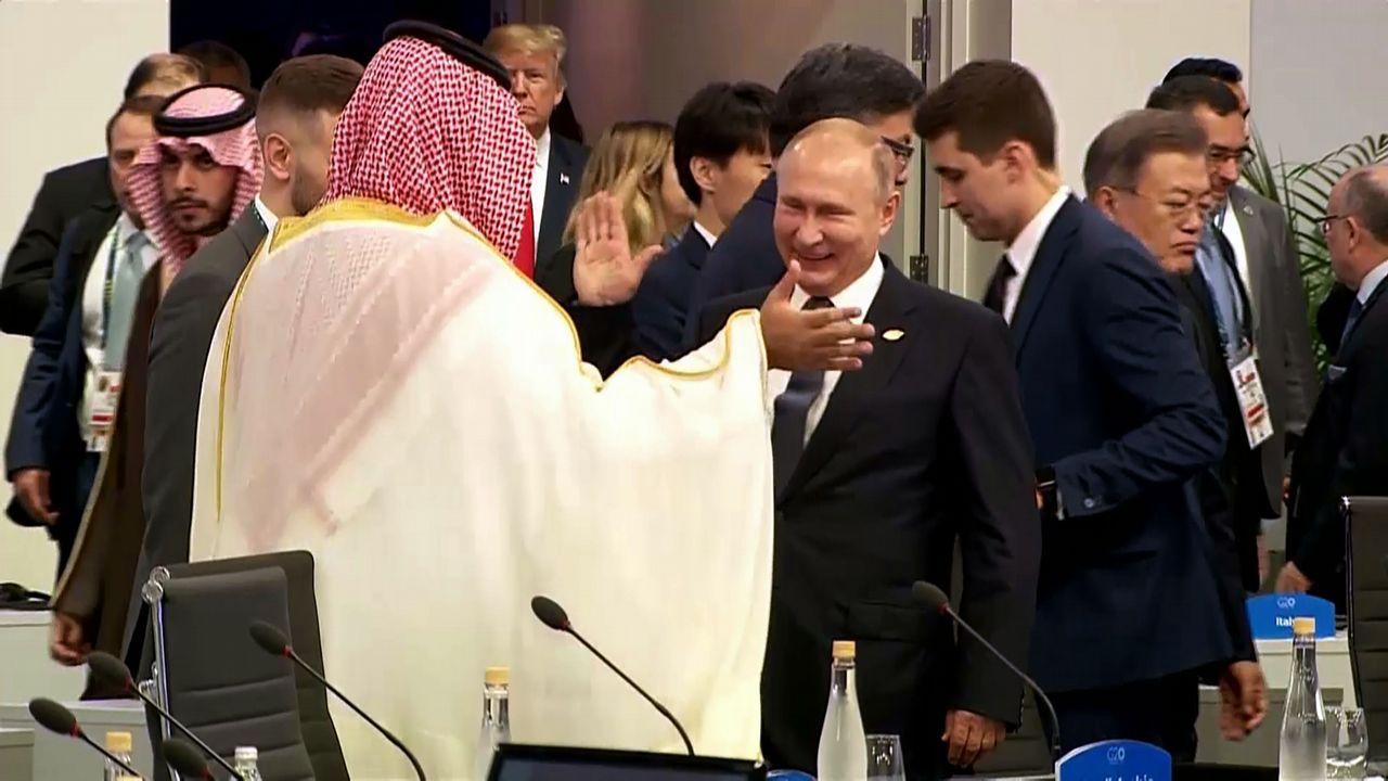 París intenta volver a la normalidad tras los disturbios de los «chalecos amarillos».Putin choca su palma derecha con la del príncipe Salman en el inicio del plenario de la cumbre