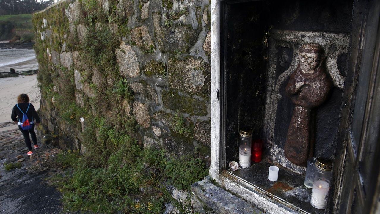 La imagen de San Antonio está situada en un muro muy cerca de la iglesia pobrense de O Xobre