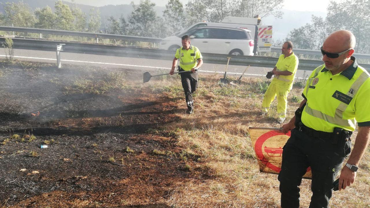 Barbanza registra siete incendios entre la madrugada y esta mañana.Bomberos forestales apagan el fuego junto a las tumbas del cementerio parroquial de A Vide