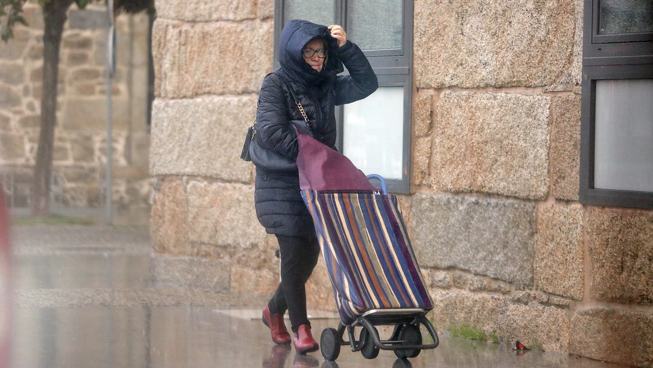 Una mujer se protege del mal tiempo
