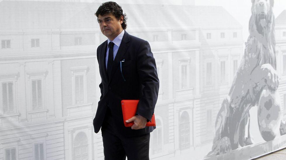 Cambio de caras en el PP.Jorge Moragas, jefe del gabinete de presidencia, acompaña a Rajoy por los pasillos del Congreso.